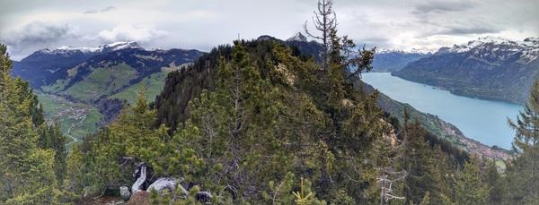 Вид на озеро Brienzersee, гребень и долину за гребнем с пупыря Wannichnubel